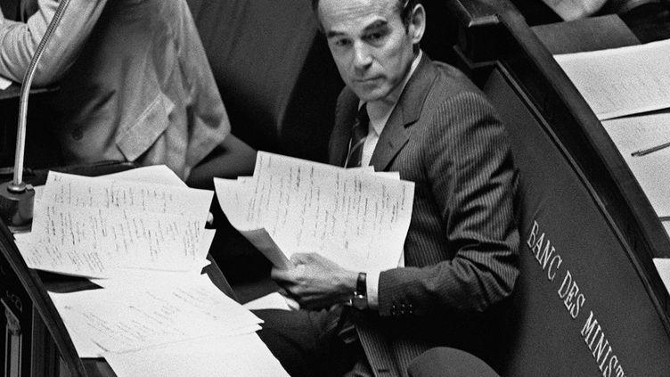 Le ministre de la Justice Robert Badinter lors de l'examen de son projet de loi sur l'abolition de la peine de mort, le 17 septembre 1981 à l'Assemblée nationale. (MICHEL CLEMENT / AFP)