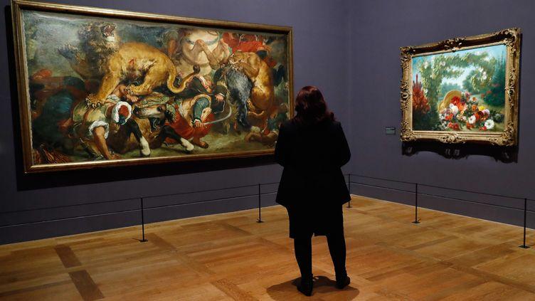 Une visiteuse de l'exposition consacrée à Eugène Delacroix au musée du Louvre, le 27 mars 2018 à Paris. (PATRICK KOVARIK / AFP)