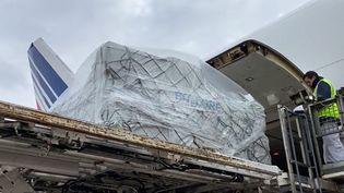 Des masques en provenance de Chine sont débarqués d'un avion cargo d'Air France, le 29 mars 2020 à l'aéroport de Roissy. Le transport des vaccins par avion cargo est un réel défi logisitique pour le fret aérien. (AIR FRANCE / AFP)