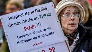 Une manifestante pendant le rassemblement de soutien aux Ehpad à Lille (Nord), le 30 janvier 2018. (PHILIPPE HUGUEN / AFP)