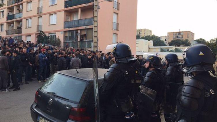 Gendarmes mobiles et CRS sont déployé dans le quartier des Jardins de l'Empereur, à Ajaccio, face aux manifestants, le 26 décembre 2015. (MARION FIAMMA / FRANCE 3 CORSE VIASTELLA)