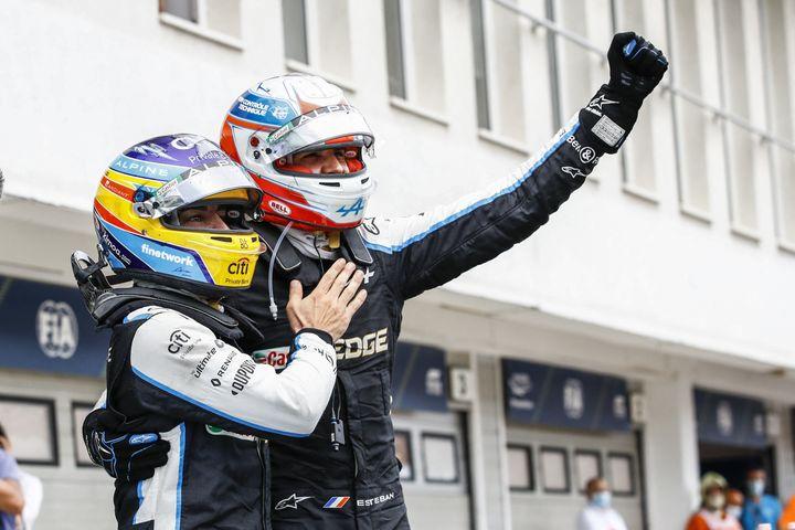 Esteban Ocon célèbre sa victoire au GP de Hongrie avec son coéquipier Fernando Alonso, dimanche 1er août. (XAVI BONILLA / XAVI BONILLA / AFP)