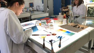 """Ces étudiants, spécialité """"verrier décorateur"""", au lycée Lucas-de-Nehou (Paris, le 19 avril 2019), espèrent participer à la renaissance de Notre-Dame de Paris. (ALEXIS MOREL / FRANCE-INFO)"""