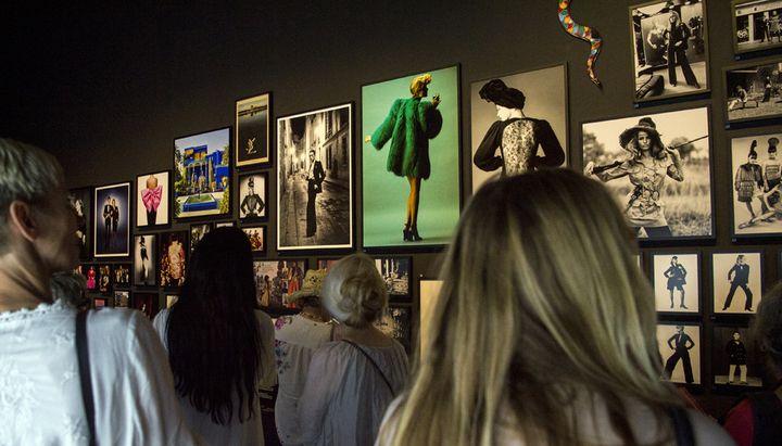 Touristes à la découverte du musée Yves Saint Laurent, le jour de son ouverture au public, le 19 octobre 2017  (Fadel Senna / AFP)