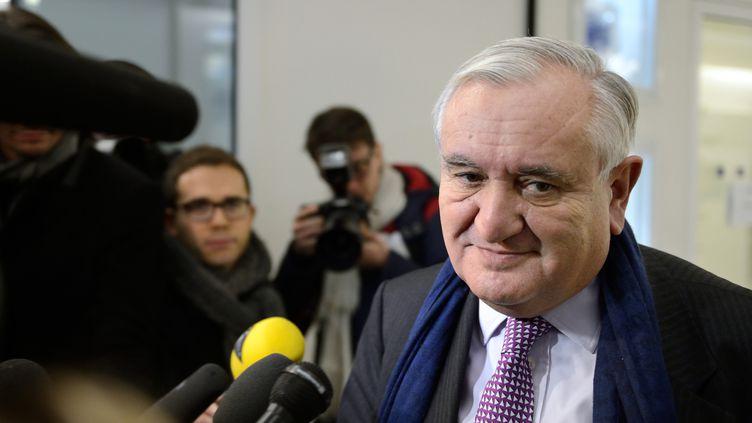Le sénateur de la Vienne (UMP) Jean-Pierre Raffarin arrive au siège du parti, le 19 décembre 2012 à Paris. (ERIC FEFERBERG / AFP)