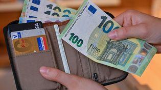 L'indemnité de 100 euros seraindividualisée et non perçue par foyer. (PATRICK PLEUL / DPA-ZENTRALBILD / AFP)