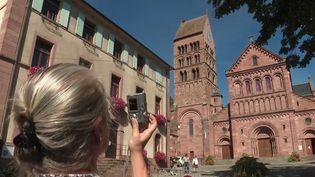 Des vignerons ont créé une cuvée spéciale pour sauver le clocher d'une église. Un joyau du XIIe siècle situé en Alsace, qui a besoin de gros travaux de restauration et de consolidation. (FRANCE 2)