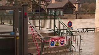 Plusieurs départements de l'est et du nord de la France avaient été placés en vigilance orange par Météo-France, jeudi 28 janvier, en raison de forts risques de crues. Des inondations auxquelles ont notamment été confrontés les habitants d'Ornans (Doubs) et d'Auchy-les-Hesdins (Pas-de-Calais). (France 2)