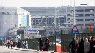 Des passagers sont évacués de l'aéroport de Bruxelles (Belgique), le 22 mars 2016. (FREDERIC SIERAKOWSKI / ISOPIX / SIPA)