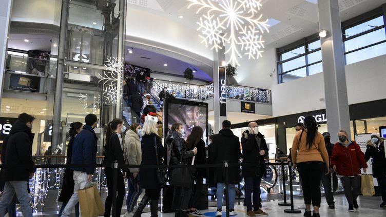 Foule dans un centre commercial à l'approche de Noël.Westfield Vélizy 2, Vélizy-Villacoublay le 12 décembre 2020 (MAGALI COHEN / HANS LUCAS)