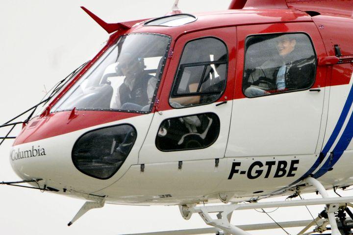 Les sept joueurs de l'équipe de France écartés du groupe avant l'Euro, le 28 mai 2008, dans l'hélicoptère qui les éloigne du stage de Tignes (Savoie). (FRANCK FIFE / AFP)