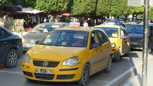 Deux parmi les nombreux taxis jaunes de Tunis pris dans les encombrements de la capitale tunisienne le 10 octobre 2019. (FTV - Laurent Ribadeau Dumas)