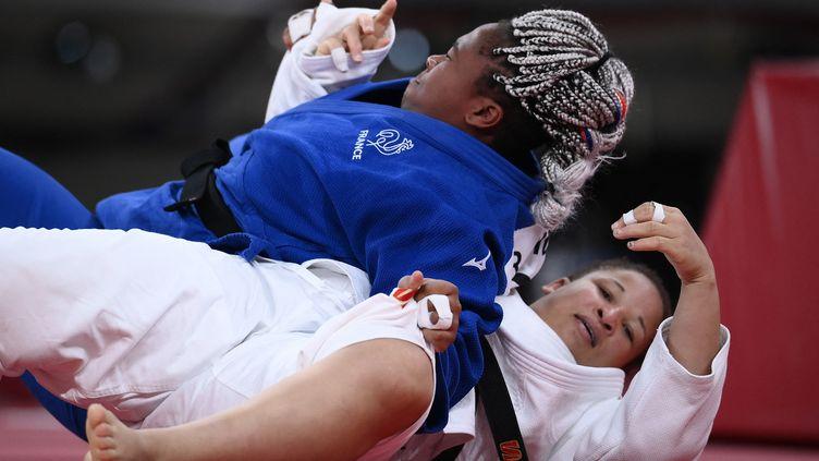 La Française Romane Dicko prend le dessus sur son adversaire en finale pour la médaille de bronze olympique, la TurqueKayra Sayit, le 30 juillet 2021 à Tokyo. (FRANCK FIFE / AFP)