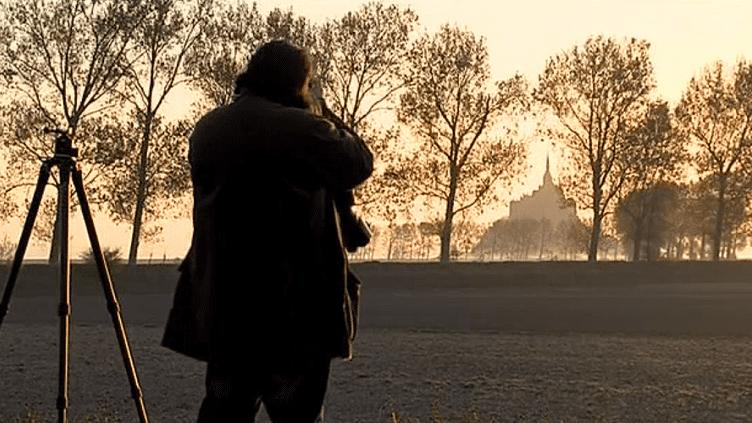 Le photographe Vincent M. au petit matin devant son sujet de prédilection  (Culturebox / Capture d'écran)