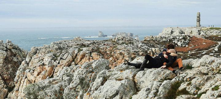 Un couple de touristes profite du calme et du paysage de la pointe de Pen Hir, sur la presqu'île de Crozon (Finistère), fin février 2021. (BENJAMIN  ILLY / FRANCE-INFO)