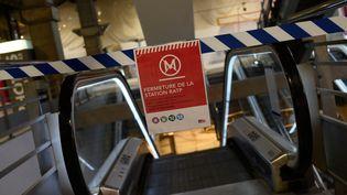 La station Montparnasse du métro parisien est fermée à cause de la grève contre la réforme des retraites, le 5 décembre 2019. (ESTELLE RUIZ / NURPHOTO / AFP)