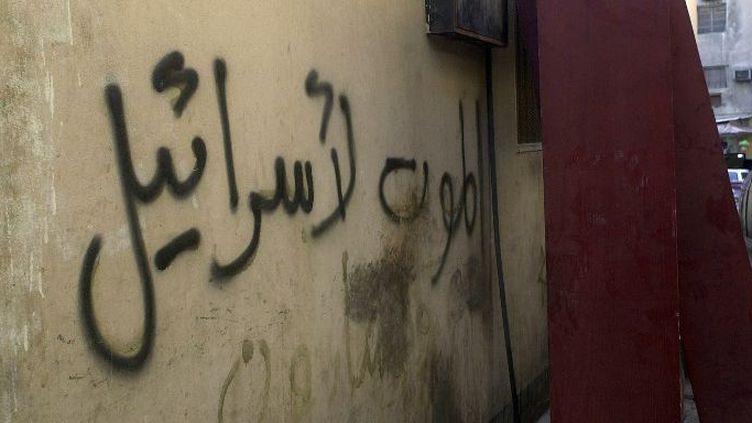 Le mur de la synagogue de Manama à Bahrein, avec l'inscription «Mort à Israël», en signe de protestation contre la nomination d'une ambassadrice bahreinie juive aux Etats Unis, en Mai 2008. (ALI FRAIDOON/AFP)