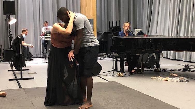 La danceuse étoile Marie-Agnès Gillot et le boxeur Souleymane Cissokho se retrouvent sur la scène de la Seine Musicale pour un spectacle mis en musique par Arthur H. (EMMA SARANGO / RADIO FRANCE)