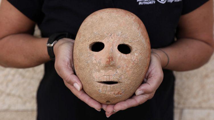 Le masque préhistorique trouvé en Cisjordanie, dans les mains de l'archéologue israélienne Ronit Lupu, à Jerusalem (28 novembre 2018)  (Abir Sultan / EPA / Newscom / MaxPPP)
