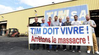 Des employés de Tim, le 20 juillet 2017, devant l'usine deQuaëdyrpe (Nord). (FRANCOIS LO PRESTI / AFP)