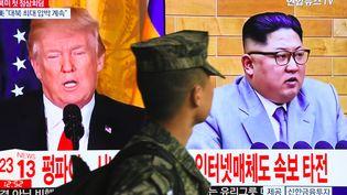 Un militaire passe devant un écran de télévision en Corée du Sud, le 9 mars 2018. (AFP)