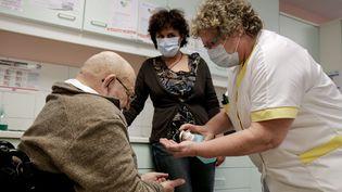 L'équipe de soins d'une maison de retraite à Annecy (Haute-Savoie)se prépare pour combattre l'épidémie de grippe, le 26 février 2015.  (MAXPPP)