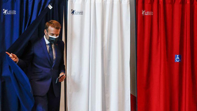 Emmanuel Macron vote aux régionales et aux départementales, le 20 juin 2021, au Touquet (Pas-de-Calais). (CHRISTIAN HARTMANN / AFP)