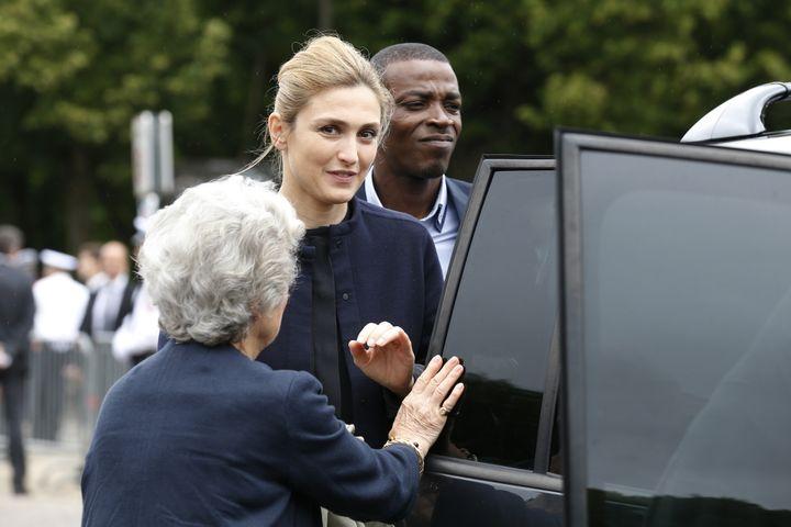 Julie Gayet arrive à la cérémonie de commémoration de l'appel du 18 juin du général de Gaulle, le 18 juin 2015, au mémorial du Mont-Valérien, à Suresnes (Hauts-de-Seine). (THOMAS SAMSON / POOL)