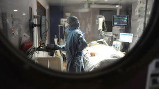 Dans le service réanimation de l'hôpital Jacques-Cartier, à Massy (Essonne), le 26 avril 2020. (PASCAL BACHELET / BSIP / AFP)