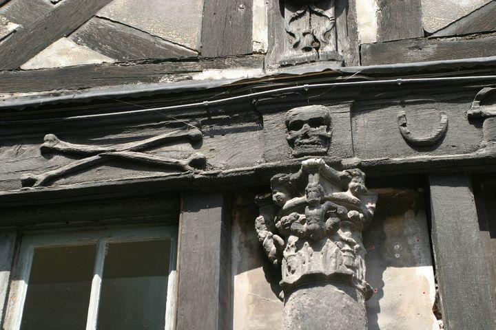 Détail d'une façade deL'Aître Saint-Maclou de Rouen, ossuaire médiéval du XIVe siècle. (PHOTO12 / GILLES TARGAT)