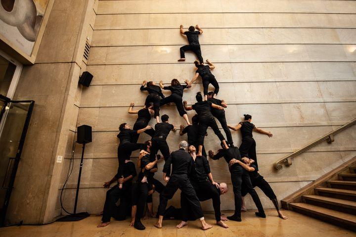 Les acrobates de la Compagnie XY, en bas de l'Escalier Paris. (BENJAMIN MENGELLE)