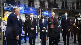 Le président Donald Trump lors de la visite d'une usine Ford, le 21 mai 2020 à Ypsilanti, dans l'Etat du Michigan (Etats-Unis). (BRENDAN SMIALOWSKI / AFP)