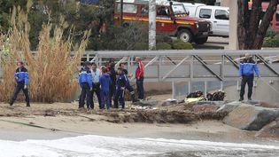 Les pompiers et les gendarmes du Var interviennent au bord de la Garonnette en crue à Sainte-Maxime où un épisode de fortes pluies a provoqué des inondations et la mort des deux passagers d'une voiture emportée par la mer. (SEBASTIEN NOGIER / EPA)