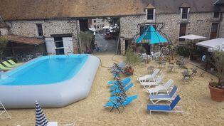 La piscine gonflable de Janvry, dans l'Essonne, en août 2017. (CAPTURE D'ÉCRAN / BLOG CHRISTIAN SCHOETTL)