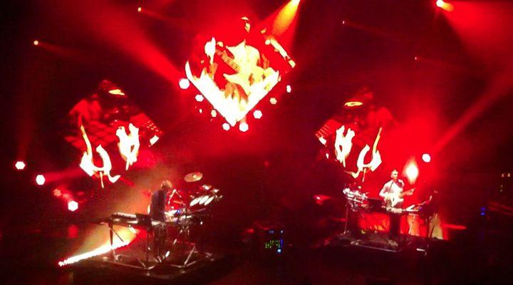 "Disclosure joue ""When a Fire starts to burn"" le 20 mars 2014 à l'Olympia.  (Laure Narlian / Culturebox)"