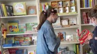 Suite du feuilleton de France 2 de la France face au déconfinement. Une libraire et un photographe décrivent leur quotidien au travail. (FRANCE 2)