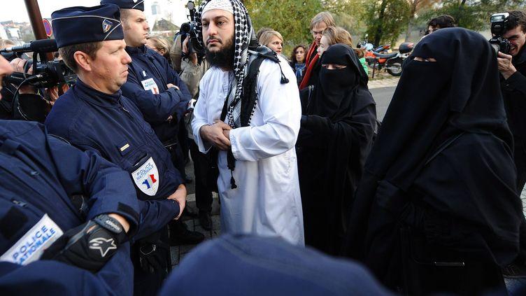Lies Hebbadj avec deux de ses compagnes le 21 novembre 2011 au palais de justice de Nantes (Loire-Atlantique). (FRANCK DUBRAY / OUEST FRANCE / MAXPPP)