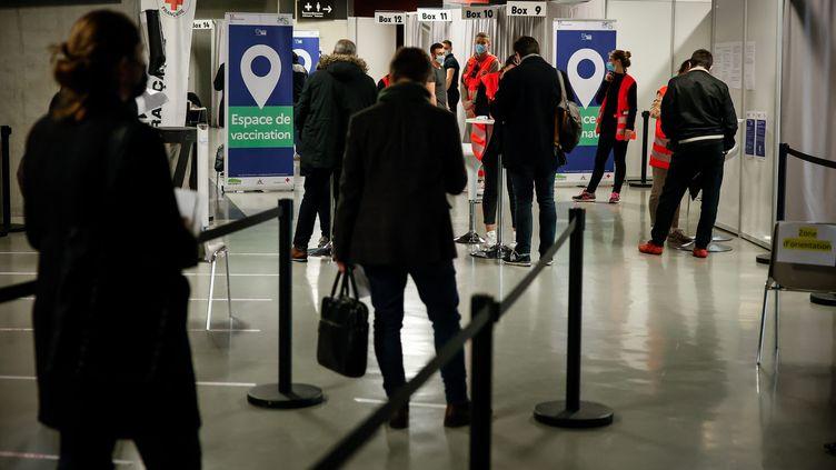Au centre de vaccination de La Défense Arena, à Nanterre (Hauts-de-Seine), le 6 mai 2021. (MAXPPP)