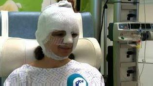 Fanny, 20 ans, brûlée dans l'attentat de l'aéroport de Bruxelles, assise sur son lit d'hôpital àStuivenberg à Anvers (Belgique), le 24 mars 2016 (PICTURES ATV / APTN)