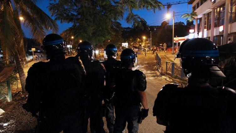 Des policiers anti-émeutes dans le centre de Mamoudzou sur l'archipel de Mayotte, le 10 octobre 2011. (RICHARD BOUHET/AFP)