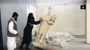 Dans une vidéo diffusée par le groupe Etat islamique le 26 février 2015, des militants apparaissent en train de détruire des pièces conservées au musée de Mossoul (Irak). (WELAYAT NINEVEH MEDIA OFFICE / AFP)
