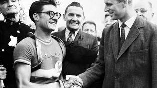 José Beyaert (à gauche) félicité par le Prince Philip le 13 août 1948 après sa victoire sur la course en ligne des Jeux olympiques de Londres. (AFP / INTERCONTINENTALE)