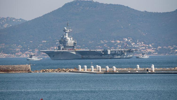 Le porte-avions Charles-de-Gaulle est rentré au port de Toulon dimanche 12 avril, après que 50 marins ont été diagnostiqués au Covid-19. (GILLES BADER / MAXPPP)