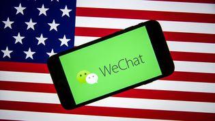 Le logo du réseau social WeChat sur le drapeau américain, le 7 août 2020. (ALI BALIKCI / ANADOLU AGENCY / AFP)