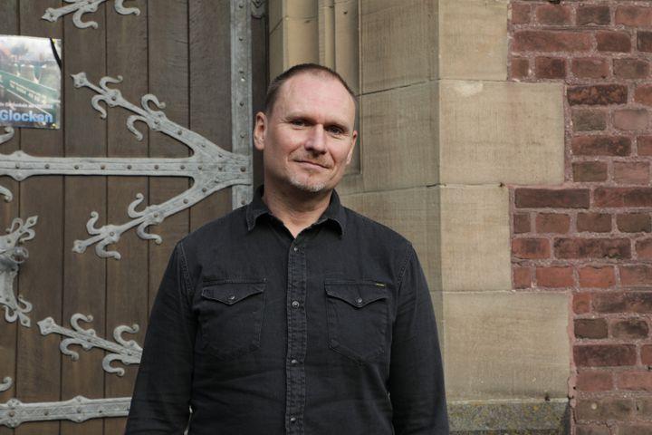 Ingo Bajerke, habitant de Keyenberg (Allemagne), devant l'église du village, le 13 septembre 2021. (VALENTINE PASQUESOONE / FRANCEINFO)