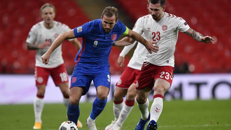 Harry Kane (Angleterre) et Pierre-Emile Hojbjerg (Danemark) (TOBY MELVILLE / POOL)