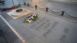 La tombe et la flamme du soldat inconnu, sous l'arc de Triomphe, à Paris. (AFP)