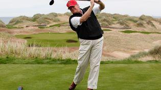 Donald Trump joue au golf à Aberdeen, au Royaume-Uni, le 20 juin 2011. (DAVID MOIR / REUTERS)
