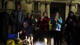 Des Chiliens devant la cathédrale de Santiago, le 20 août 2018, pour demander la vérité sur des affaires d'abus sexuels dans l'Eglise. (ALBERTO PEOA / EFE)
