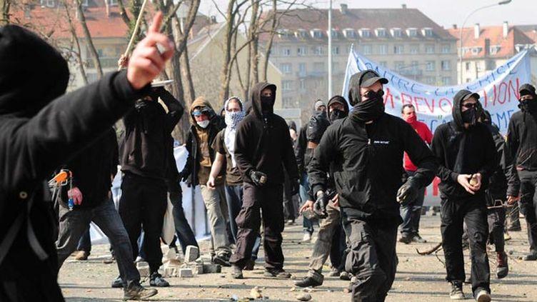 (Des Black Blocs en action à Strasbourg en 2009 pendant un sommet  de l'Otan © ALFRED/SIPA)